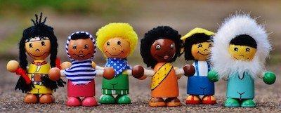 Jouer avec des figurines au restaurant